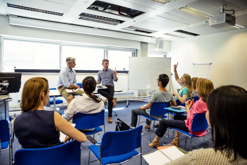 Des collaborateurs en pleine formation dans une salle