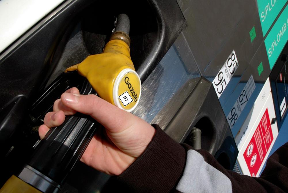 Un automobiliste se servant un gazole B7 dans une station-essence